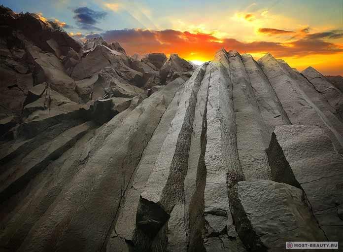 Базальтовые стержни на закате