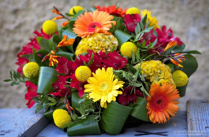 Красивый букет с герберами и другими цветами