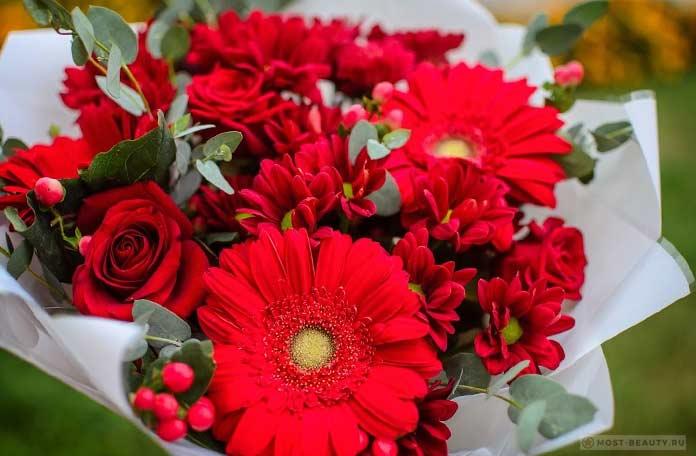 Букет из гербер, хризантем и роз