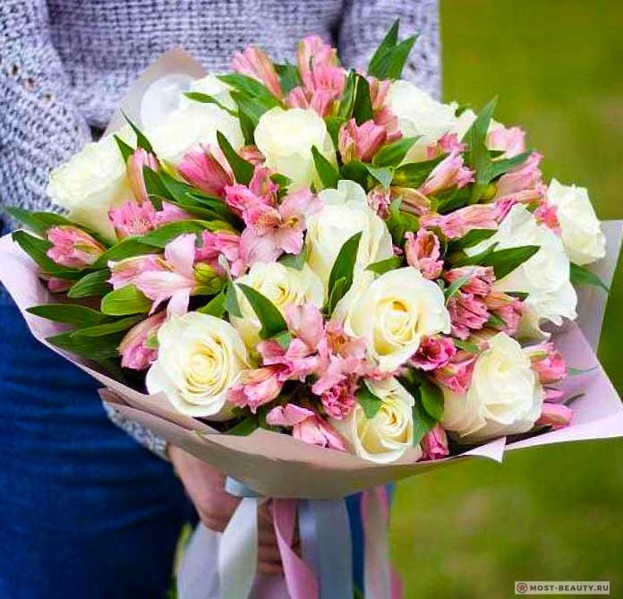 Белые розы и альстрёмерии