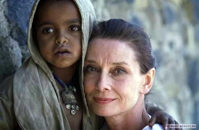 Одри помогает детям
