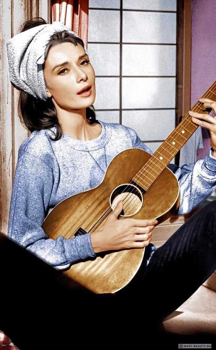 Одри с гитарой