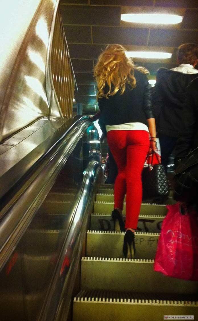 Более 100 убойных фото модниц в метро: В красных штанах в метро