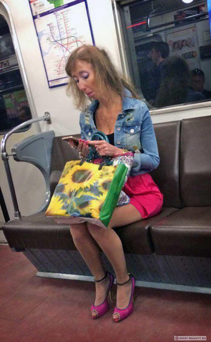 фото модниц в метро: в розовой юбке