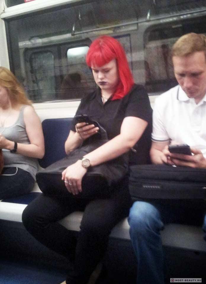 Более 100 убойных фото модниц в метро: Красная фурия