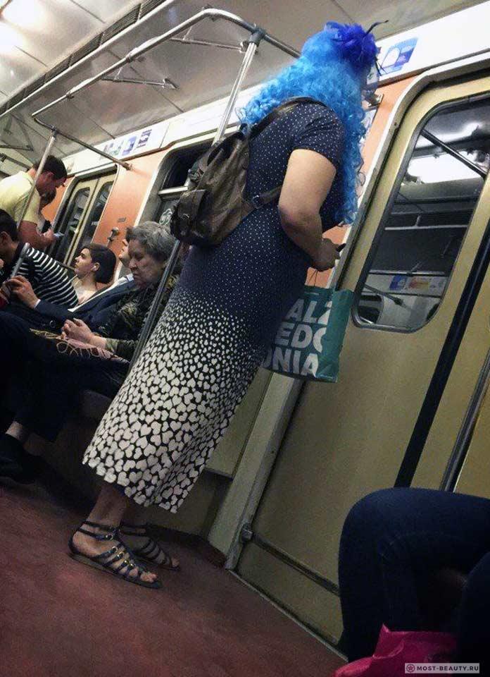Более 100 убойных фото модниц в метро: В синем парике