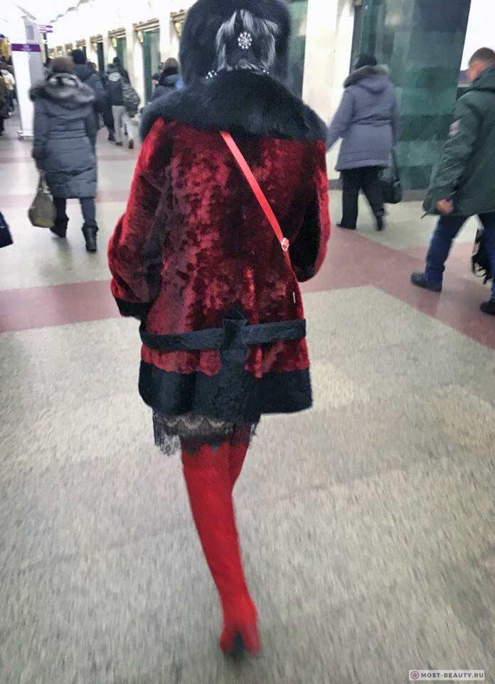 Более 100 убойных фото модниц в метро: Красная шуба