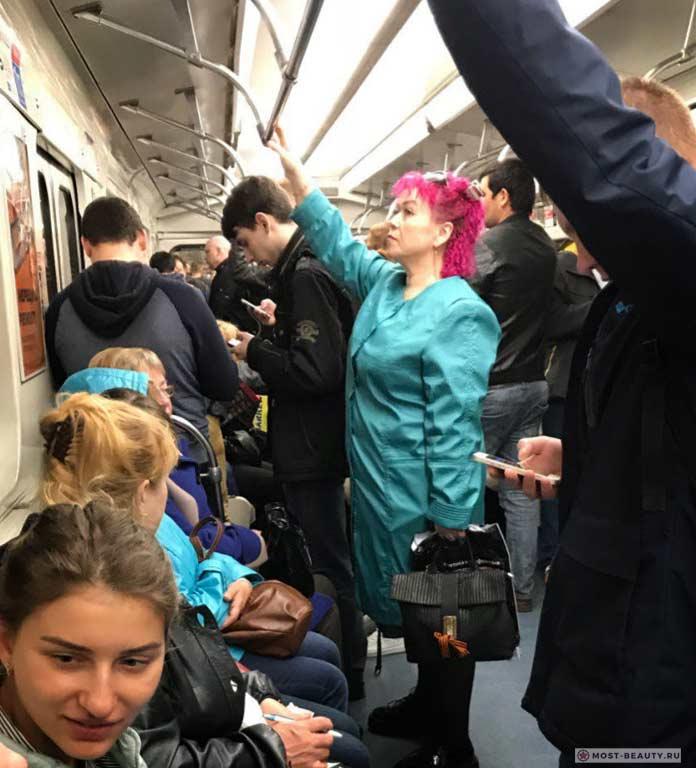 Более 100 убойных фото модниц в метро: Красные волосы