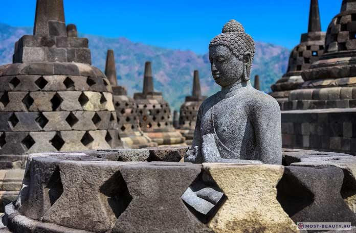 Будда в Боробудуре