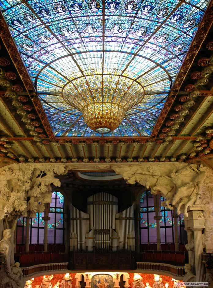 Концертный зал каталонской музыки имеет один из красивых витражей