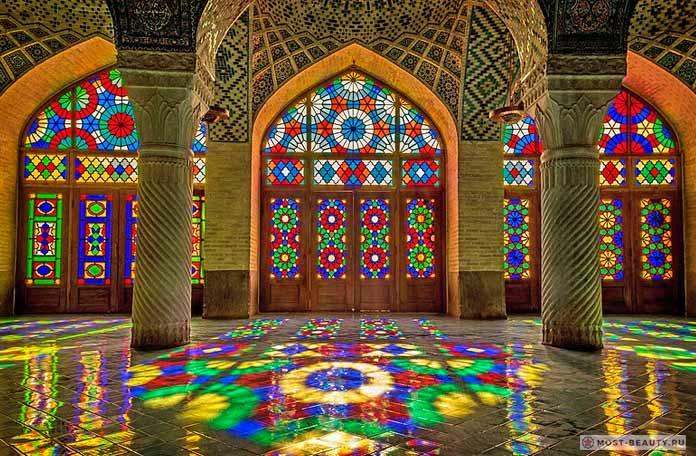 Мечеть Насир-Оль-Мольк имеет один из красивых витражей