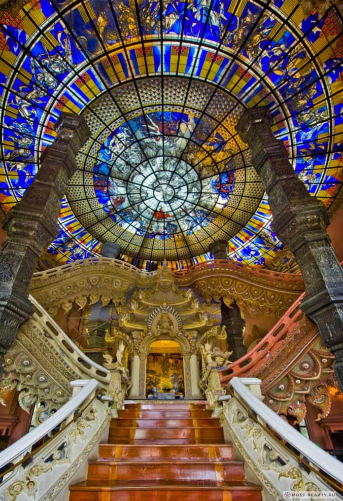 Музей Эраван имеет один из красивых витражей