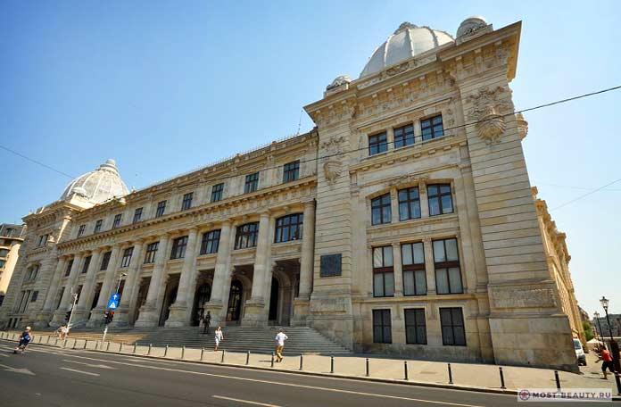 Музей истории Румынии - одна из достопримечательностей Бухареста.