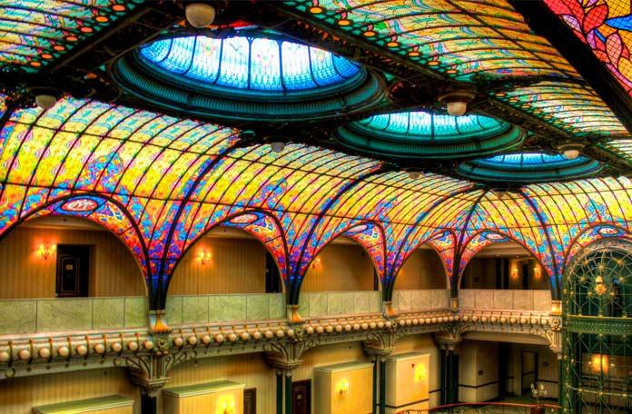 Отель Гран Гиудад имеет один из красивых витражей