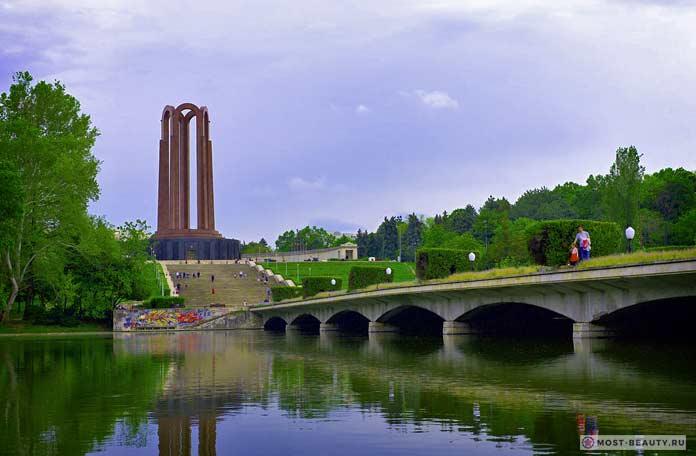 Парк Кэрол - одна из достопримечательностей Бухареста.
