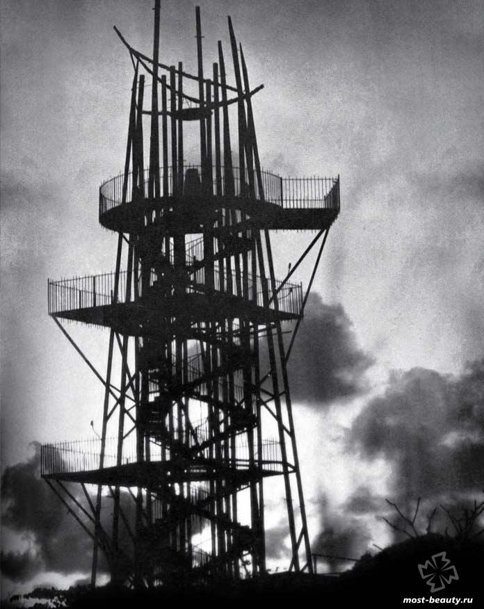 10 лестниц Джеффри Бавы: Лестница башни Стальной Корпорации