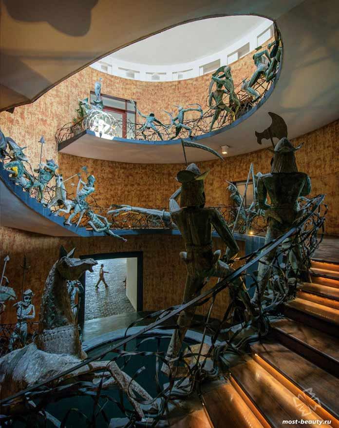 Лестница отеля Lighthouse