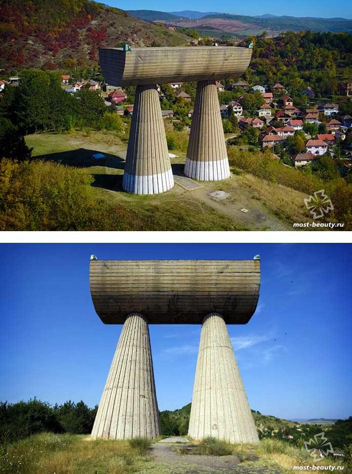 Памятник шахтёрам. Митровица - один из необычных примеров советской архитектуры