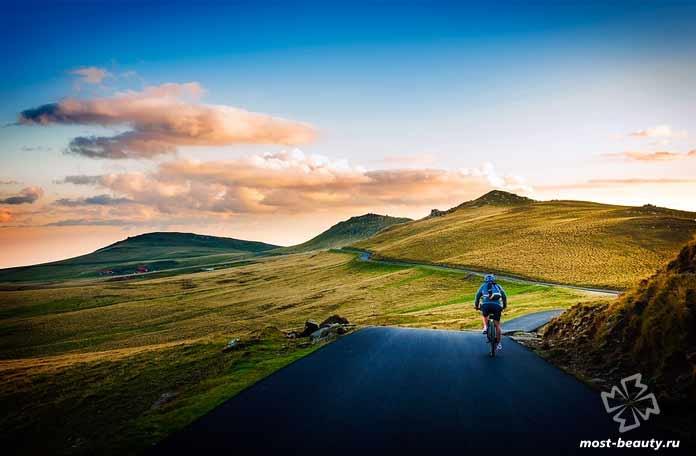 По горной местности на велосипеде. СС0