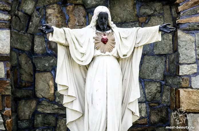 Самые необычные статуи Иисуса Христа: Чёрный Иисус