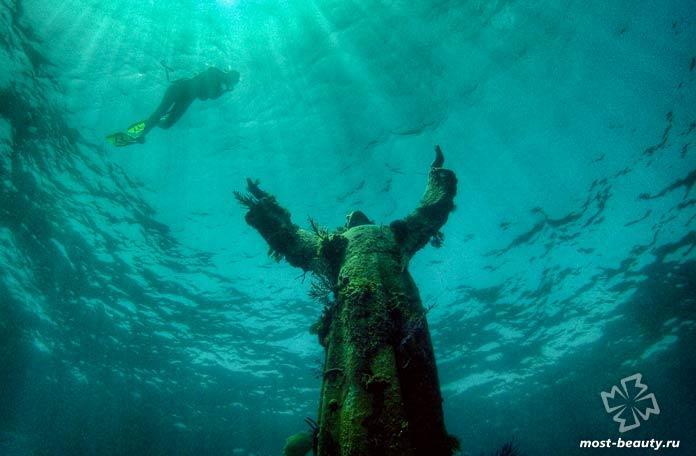 Самые необычные статуи Иисуса Христа: Христос из бездны