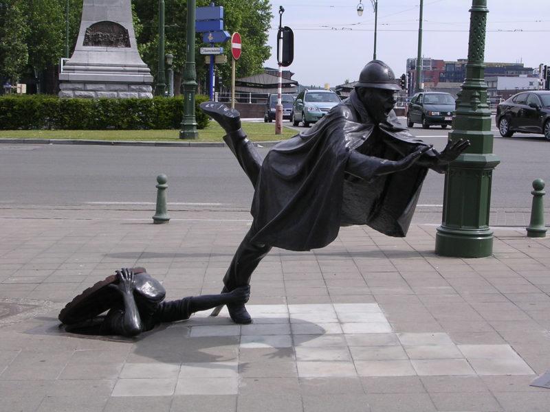 Скульптура выполнена в ироничном жанре zwanze