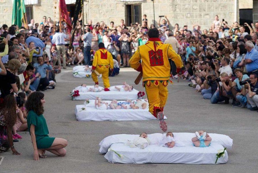 Испания прыжки через младенцев