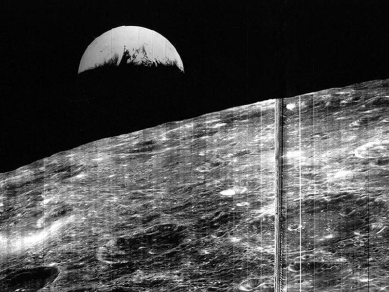 Первая фотография Земли с лунной поверхности